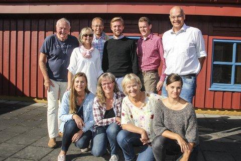 POLITIKERREDAKSJON:  Fra venstre Einar Ellefsrud (Gran FrP), Mette Aas-Kilstad (Lunner KrF), Helge Midtun (Gran SV), Lasse Lehre (Lunner H), Pål-Arne Oulie (Gran Sp), Ulf Rogneby (Lunner V). Sittende fra venstre Miriam Tessem Strøm (Jevnaker MDG), Anne Solstad (Gran bygdeliste), Randi Eek Thorsen (Gran Ap) og Victoria Gaarder (Rødt Lunner).