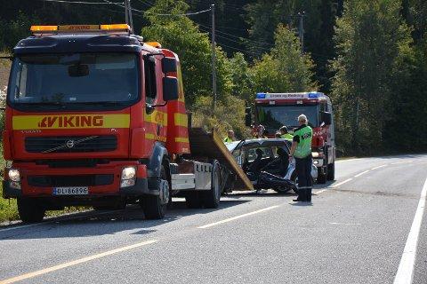 BERGINGSARBEID: Nødetater og redningsbil kom raskt til stedet.                    FOTO:Eivind Marcelino