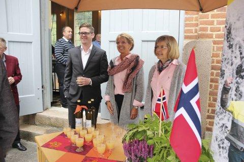 VELKOMSTKOMITÉ: Styreleder Bjørn Niklas Sjøstrøm og medarbeidere Anne Molden og Olga Torhild Helsvig serverte kortreist eplemost da gjestene ankom Toverud kraftstasjon.