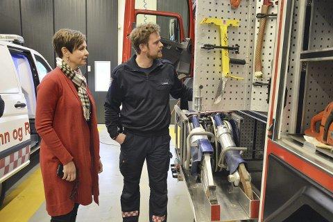 PÅ BESØK: Stortingsrepresentant Anne Tingelstad Wøien og brannmann Thor Sparby ser over utstyret i en av brannbilene.
