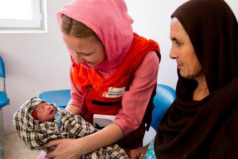 """Denne lille jenta har fått navnet """"Mari"""" etter Mari Aftret Mørtvedt, NRK-koordinator for TV-aksjonen. Caher Sing helseklinikk er drevet av Afghanistan Røde Halvmåne, og får 100-110 paisitner hver dag. Det dekker et område på 23.000 innbyggere, og er åpen seks dager i uka. Caher Sing ligger 30 kilometer utenfor Mazar E-Sharif. Tomt til sykehuset ble gitt til folket av lokale myndigheter. Det ble også samlet inn penger for å byggeinikken. Den åpnet for fem år siden, og på grunn av det lokale eierskapet er den også høyt respektert. Klinikken har syv ansatte."""