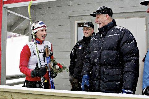 KOMMER TIL NM: H.M. Kong Harald kommer til ski-NM på Lygna. Her fra et tidligere mesterskap hvor han gratulerer Marit Bjørgen med seieren. I starten av februar kan det bli et nytt møte mellom de to.                                                                                       Foto: NTB