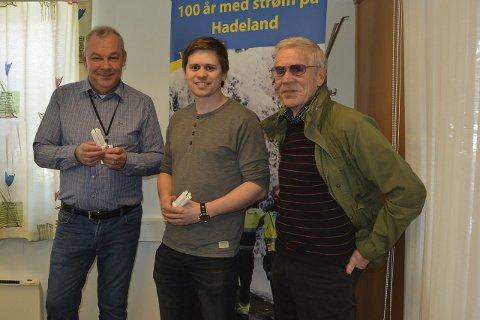 FORNØYD: Mange fulgte oppfordringen fra Ivar Haakenstad, Audun Sivesindtaajet og Svein Øverlier om å slå av lyset under Earth Hour.