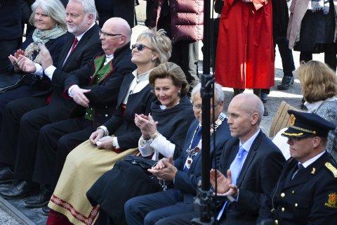 HEDER: Dronning Sonja gjestet åpningen av Glasslåven. Her med ordfører Willy Westhagen til høyre og Randi Thorsen til venstre.