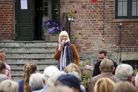 TRIVDES: Marian Aas Hansen åpnet rekken med sommerkonserter på Hadeland glassverk.