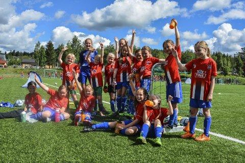 Fornøyde: Denne gjengen er meget fornøyd med årets fotballskole og synes instruktørene deres, Marie Wirstad-Halvorsen og Ida Marie Jansen (i blått bakerst) har gjort en kjempefin jobb.