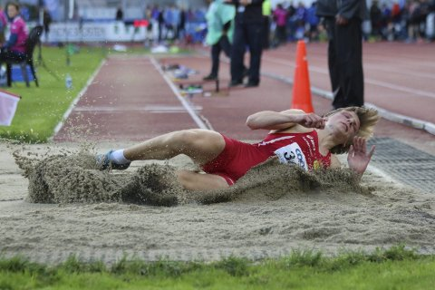 GULL: Erik Lund tok et nytt gull i UM fredag kveld. Lengdehoppet målte 6,76 meter. Foto: Thore-Erik Thoresen.