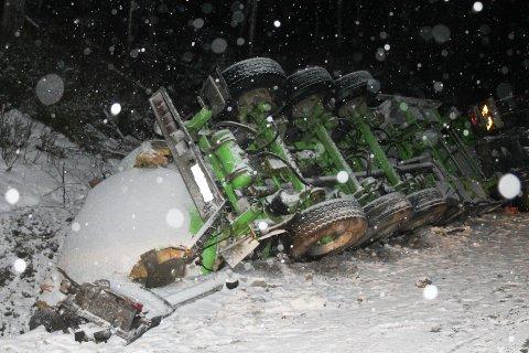 Tankbilen ble liggende delvis på taket etter utforkjøringen.