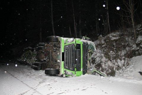 Tankbilen skar over vegen i en sving og ble liggende i grøfta på motsatt side.