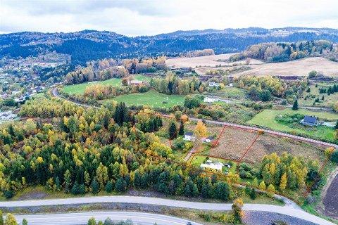 I RØDT: Området med stiplet linje viser boligtomta på Roa som er til salgs.
