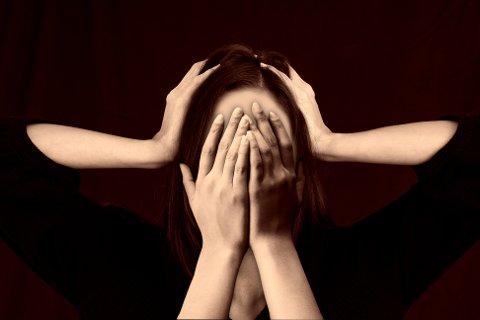 NOE SOM HJELPER: – Hvis man er en person som ofte opplever stress, så er det sentralt å finne en avstresser som passer dine personlige behov, skriver Hedda Stensli.