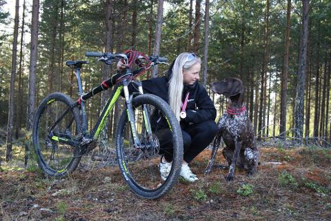 VM: Oda Foss Almqvist prøver å samle inn penger til VM i hundekjøring i Polen med hunden Holly. Foto: Privat
