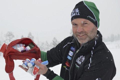 FULLT UTSTYRT: – I denne sekken har jeg smurning for 500–600 kroner. Det holder i en sesong for løpere under junioralder, hevder trener i Gran IL, Rolf Robøle-Sørensen. Denne sesongen er det fluorforbud i alle skirenn. ARKIVFOTO: Arvid Holmlund.
