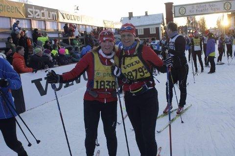 MÅL: Beate Haugen Tveten (til venstre) gjennomførte Vasaloppet i fin nstil, sammen med Ruth Sørum. Foto: Privat