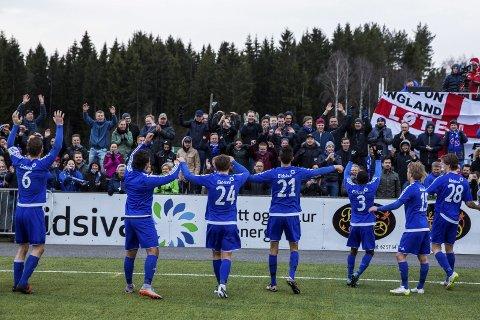 FOLKEFEST: 2.881 tilskuere møtte opp for å se Løten-Vålerenga i fjor.  Her takker Løten-spillerne publikum for støtten etter kampen. Foto: Tore Meek/NTB scanpix