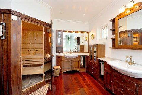 BADET: Detaljer fra badet, med badstu.