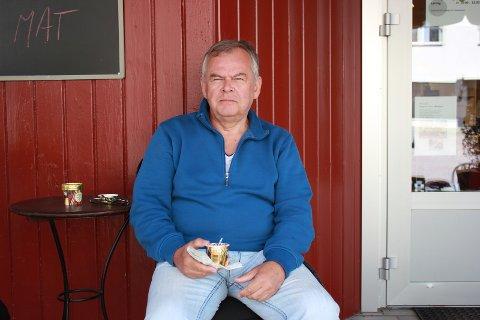 Sommerpraten: Arne Dignæs fra Bærum har hytte på Hadeland.
