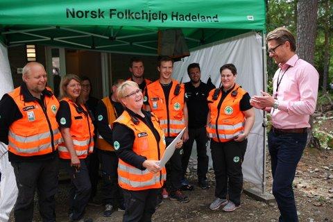 Glade: Elin Skovly og andre glade medlemmer av Norsk Folkehjelp Hadeland under overrekkelsen av gaven på Utøya torsdag. Foto: Privat