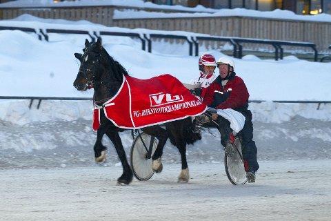 TRENER: Jens H Jacobsen hadde en fin traver i Kjekk Prinsen. Her fra en V75-seier i 2004. Foto: hesteguiden.com