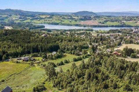 OMRÅDET: Tomteområdet. Jarenvatnet i bakgrunnen. Foto: DNB Eiendom Hadeland.