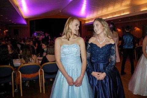 KJOLEPRESS: Sofie Nordberg og Anne Amalie Nymoen har brukt lang tid på å finne ut hva slags kjole de skal ha på nyttårsballet.