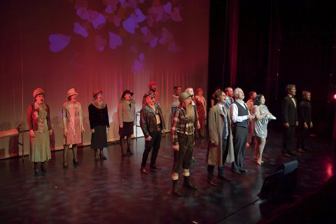 ENSEMBLESTYKKE: Sammen med Hadeland Janitsjar (bak teppet) gjør hele skuespillerensemblet en fremragende jobb.