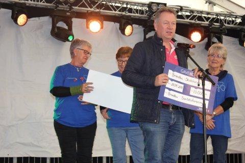 GAVE: Kjetil Ulset mottok sjekk på vegne av Brandbu skolekorps.