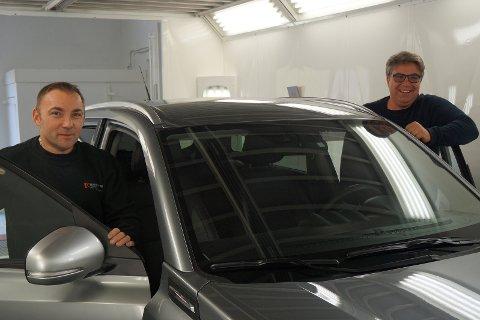 NY START: Harestua auto tok over lakkeringsverkstedet til Terje Morstad 1. september og har nyligh ansatt Radek Czwartkowski (til venstre), som har treårig billakkererutdanning fra hjemlandet Polen. Det er Frode Hanserud veldig fornøyd med.