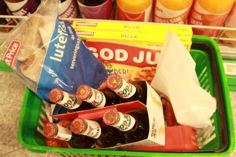 BILLIGERE: Lutefisk, klementiner, pepperkakedeig, Grandiosa og pinnekjøtt er blant prisene som er satt ned så langt.