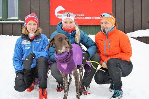 HADELAND TREKKHUNDKLUBB: Fra venstre: Marianne Krakk, Oda Foss Almqvist med Holly og Kristine Tuv Myhre.