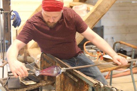 GLASSBLÅSING: Glassblåser i glasskunstner Ulla-Mari Brantenbergs verksted.