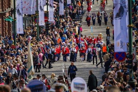 PARADE: Gran jente- og guttekorps på vei oppover Karl Johan i forbindelse med markering av Musikkorpsenes år i slutten av april.