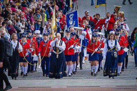 Gran jente- og guttekorps på parade i Oslo.