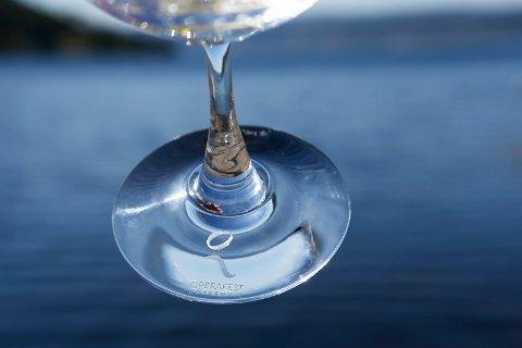 LOGO: Operafestens logo pryder foten på glasset.