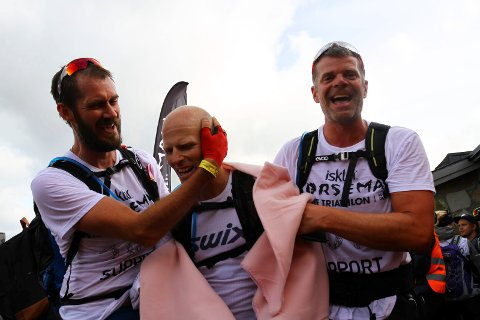 STYRKEPRØVE: Rune Rørvik fra Jevnaker fullførte triathlonet Norseman. Bent Tjernlund og Håvard Rishoff tok ham imot i mål.