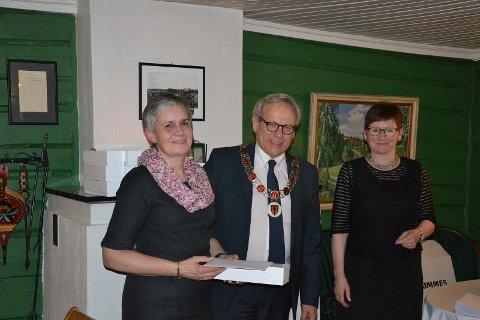 Personalsjef Anita Øverland (fra høyre) og ordfører Willy Westhagen delte ut gullklokke til Kari Espen Ensrud.