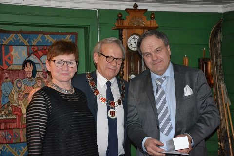 Personalsjef Anita Øverland (fra venstre) og ordfører Willy Westhagen delte ut gullklokke til Oscar Mendoza.