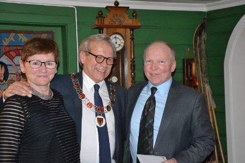 Personalsjef Anita Øverland (fra venstre) og ordfører Willy Westhagen delte ut gullklokke til Brede Grinder.