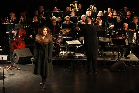 TO FORESTILLINGER: Hadeland janitsjar og Karin Fristad satte opp historien om Piaf kultursalen.