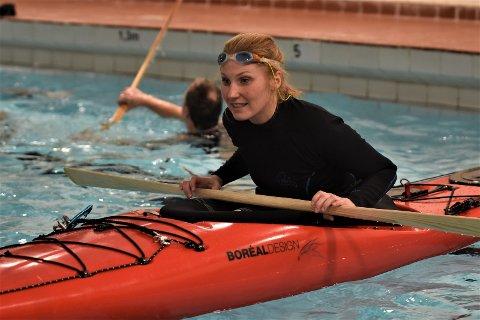MESTRING: Anne Stålegård er norgesmester i grønlandsrulle. Her er hun i bassenget i Brandbu svømmehall.