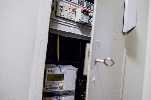 Digital strømmåler installert i sikringsskap.
