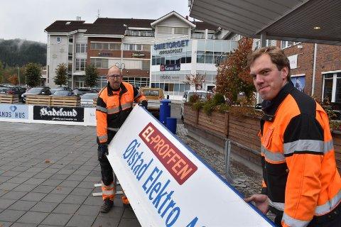 I GANG: Frode Vestby Vardenær (til venstre) og Per Arne Kristiansen fra Gran kommune satte på plass vantene til skøytebanen i Gran torsdag.
