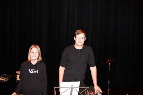 SØSKENKJÆRLIGHET: De to søsknene Håkon og Lise Skjervum Bjerkehagen spiller begge tuba. Tubaen er ikke et enkelt instrument å spille alene, og derfor fortsetter Håkon i korpset for å hjelpe lillesøsteren.