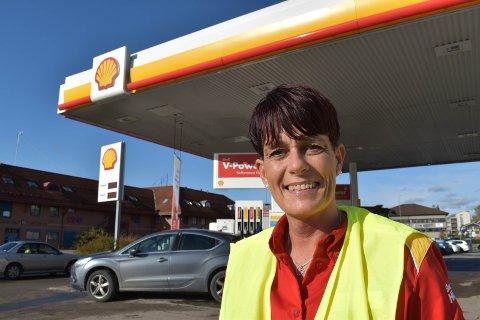 HARDT RAMMET: Linda Moen Sjøvik forteller at bensinstasjonene er hardt rammet grunnet koronaviruset.