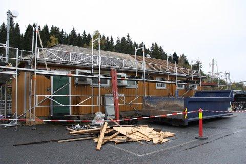ROA: På denne bygningen er taket lekk flere steder. Taket blir nå byttet.