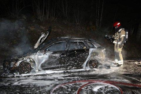 BILBRANN: E16 Olumslinna ble stengt onsdag kveld som følge av en bilbrann.