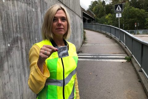 HUSK REFLEKS: Seniorrådgiver Rita Aarvold i Statens vegvesen oppfordrer til bruk av refleks.
