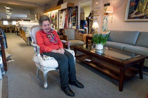 FORNØYD: Ruth Savnhild Damgaard (93) er fornøyd med å fortsatt kunne jobbe på tross av sin høye alder.