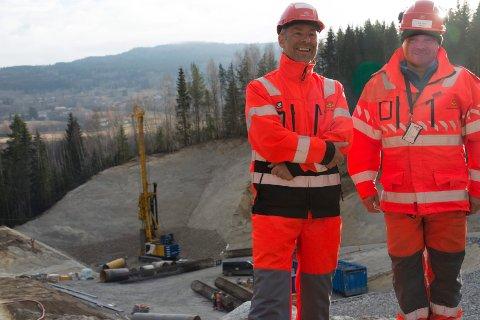 PÆLING: I dødisgropa i bakgrunnen skal det settes ned pæler for å sikre brufundamentene som skal bygges. Åge Brudeseth og Stig Methi kan konstatere at arbeidene på ny E16 i Jevnaker går som planlagt.