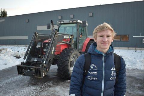 SKISKYTTER: Oskar Gisleberg er en ivrig skiskytter som skal gå norgescup til helga. Hans kjøretøy til og fra skolen er traktor.